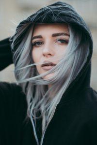 las canas en el pelo